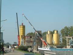 Foto's van Huizen en straten uit Gennep - Sloop Betoncentrale de Maas in Grave - 7 juni 2009