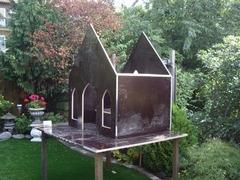 ik ben met de achtertuin begonnen met een tempeltje en nu ben ik in de voortuin een tempeltje aan het bouwen ook de lampen heb ik zelf gemaakt de tuin is een eigen ontwerp