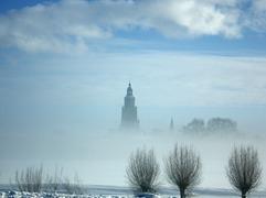 Zon en Mist spelen een spelletje met de Sneeuw