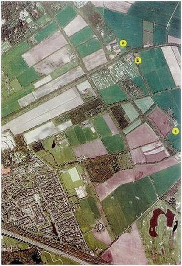 De kampontginningen bij de Haar vallen onmiddellijk in het landschap op. Zij vormen een langgerekte strook blokvormige percelen. De drie oude erven van de voormalige boerderijen De Haar (a), Eijkelenburg (b) en Mandersloot (c) die in deze ontginning liggen, zijn op een luchtfoto goed zichtbaar.