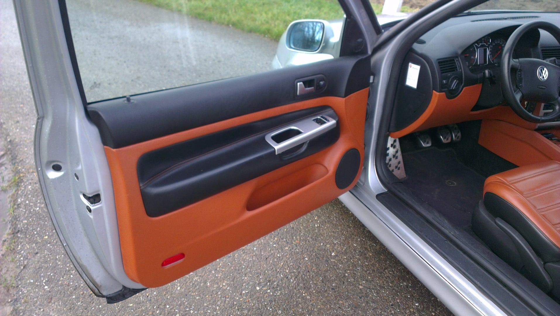 Bruin zwart lederen interieur van een golf 4 3 deurs for Lederen interieur auto