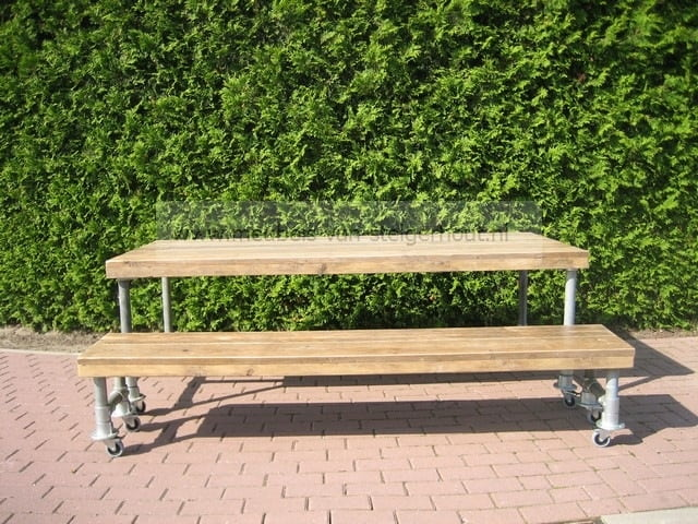 Tafel met steigerbuizen en steigerhout