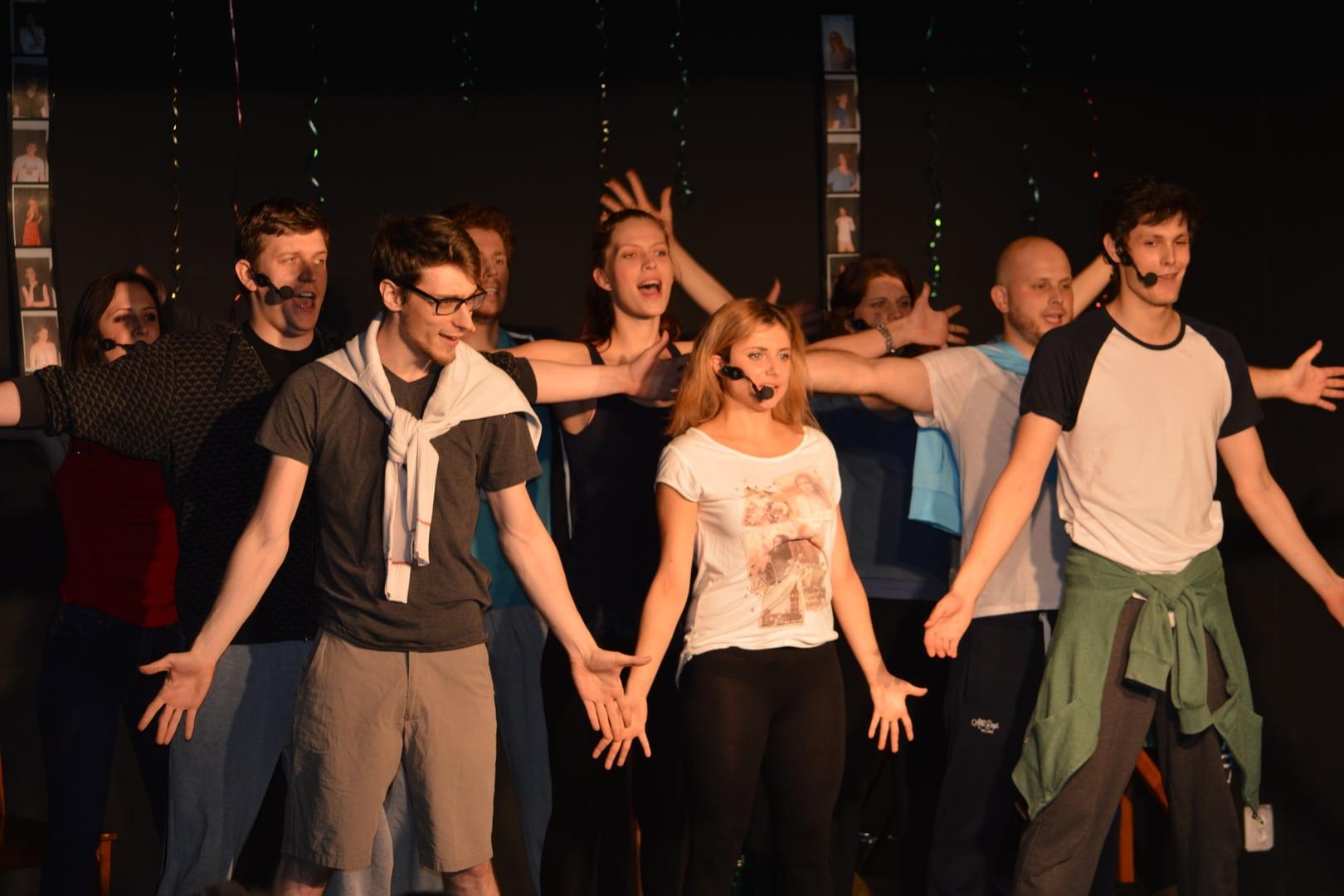 Veselí a tancujúci mladí ľudia.