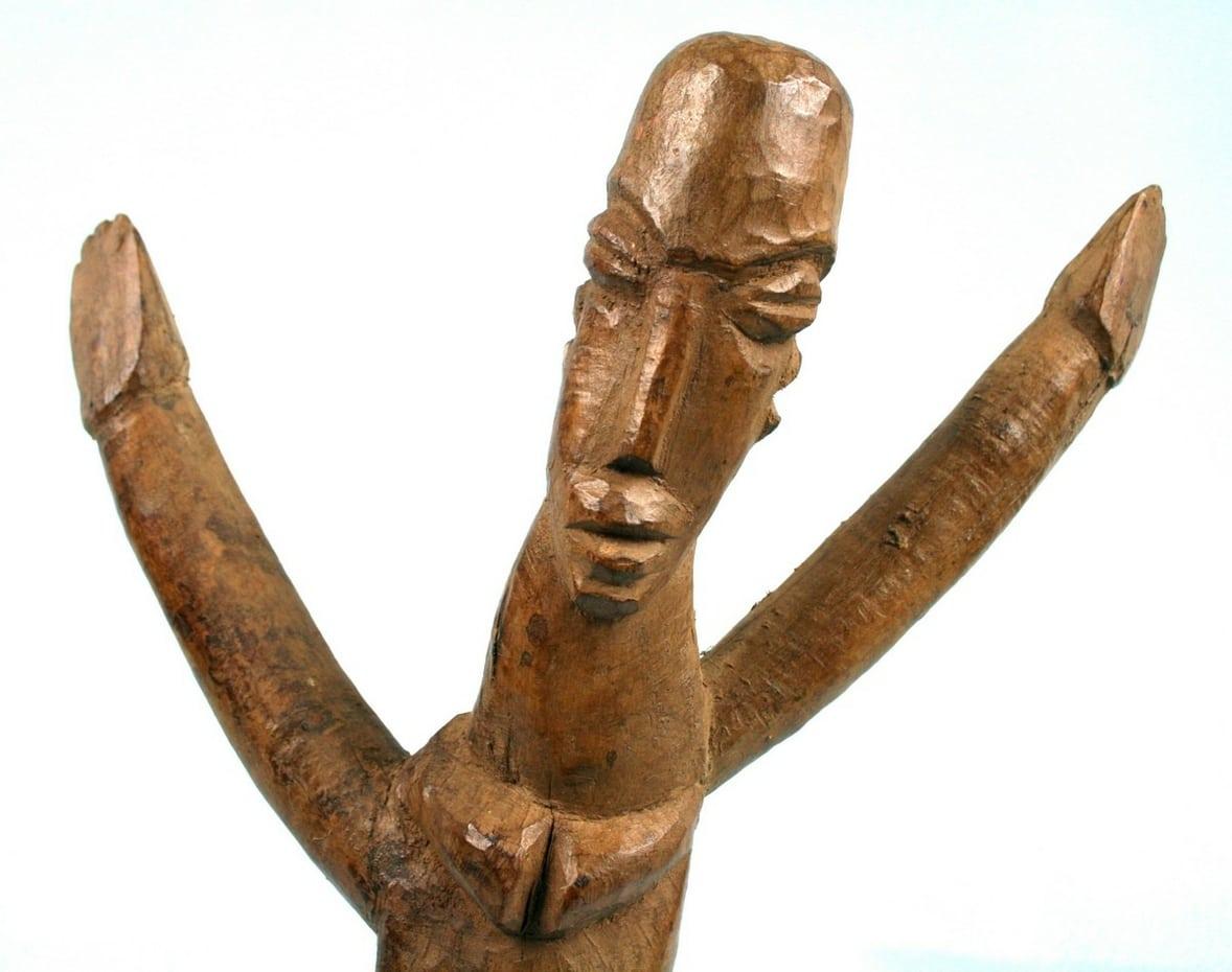 art africain premier tribal ancienne statue lobi sur socle aux bras lev s. Black Bedroom Furniture Sets. Home Design Ideas