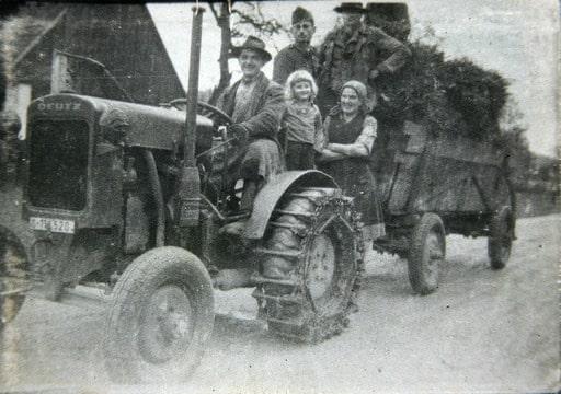 Deutz onderweg in de oorlogsjaren, te herkennen aan de geblindeerde koplampen