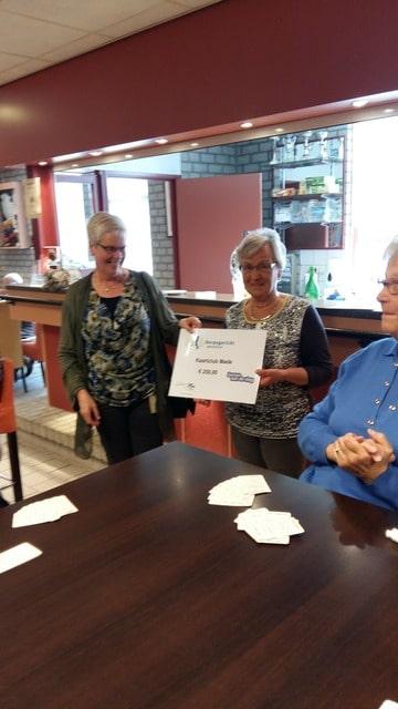 Lilian Lambrechts overhandigt de cheque aan Marianne Stoop