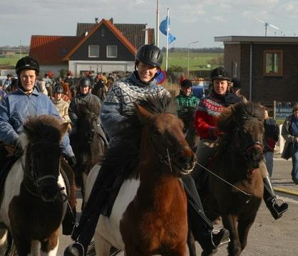 Op deze foto zijn te zien: Wieke met Sokkadís, Nicolette met Andvaka in rode trui, Pascalle en Súla in blauwe jas, Therra in IJslandse trui er achter en helemaal in de verte op schimmel Haera Macliza in blauwe IJslandse trui!