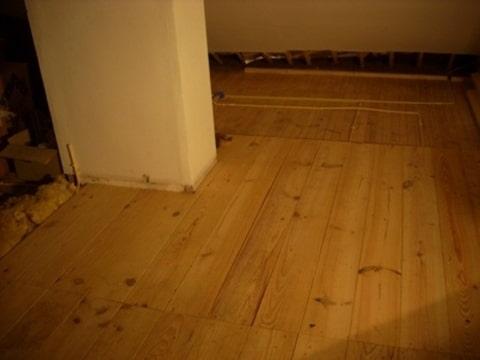 Leidingen tussen vloer en plafond