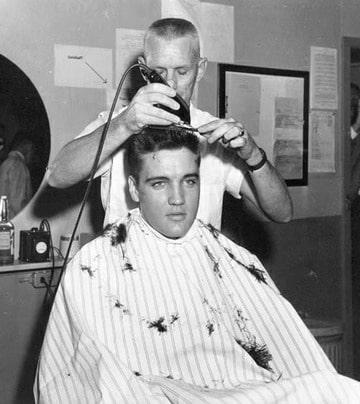 Elvis krijgt een leger kapsel aangemeten