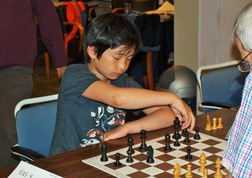 Khoi Pham achter het schaakbord