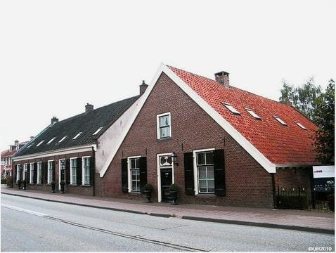 enkele authentieke huizen t.o. de kerk