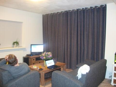 Tips woonkamer gordijnen for Grijze gordijnen