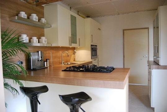 Witte keuken met houten blad keukens gernand amp de lint - Keuken originele keuken ...