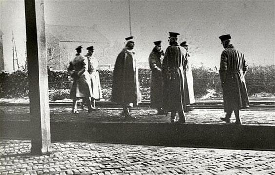 """De originele foto bevindt zich in de """"Verzameling losse aanwinsten Het Utrechts Archief, stukken waarvan de herkomst onduidelijk is"""", toegangsnummer 1111-2, inv. nr. 47. De foto is gemaakt door de 17-jarige H.B.S.-er Victor Sniekers die als enige fotograaf getuige was van de aankomst van Wilhelm II in Eijsden. Op de achterzijde van de foto staat echter een stempel van later datum van de fotografe Edith Friedhoff uit Den Haag."""