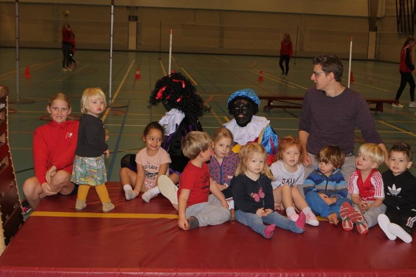 Kinderen en begeleiding van volleybalspeeltuin met Pieten