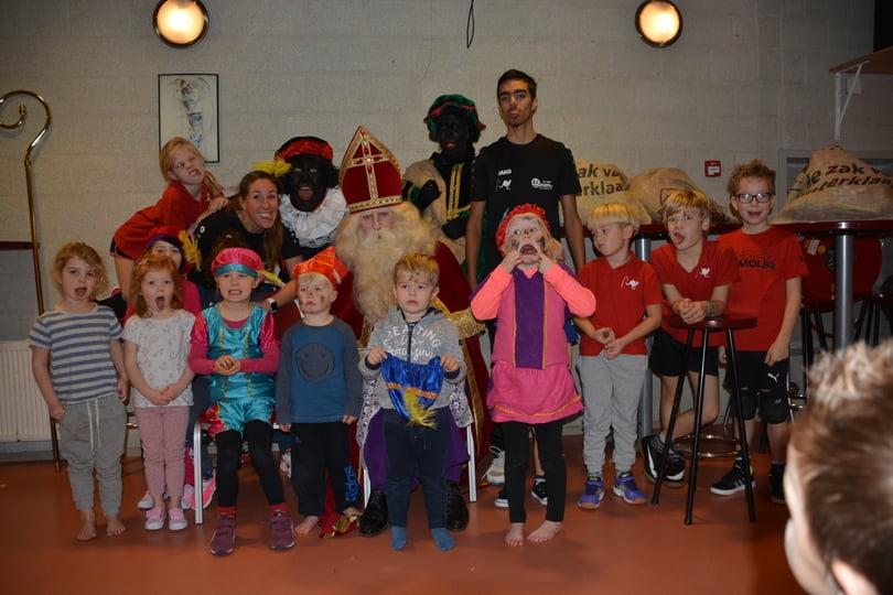 Kinderen van de speeltuingroep bij Sinterklaas