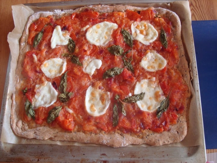 Pizza met verse kruiden