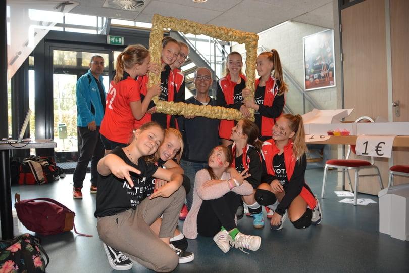 Voorzitter Mario met Meisjes C3 op de foto