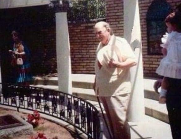 Colonel Tom Parker bezoekt het graf van Elvis op Graceland